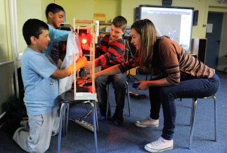 Simone Gruppe, ebenfalls Mitglied des RSB, lässt sich von Schülern ihr gebasteltes Filmset zeigen.