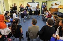 Die Schüler hören gespannt zu - ein Besuch von Profi-Musikern ist schließlich kein alltägliches Erlebnis!