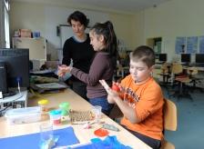 Die Herangehensweise der Schüler ist bei dem Projekt ganz unterschiedlich. Hier wird eine Figur gebastelt...