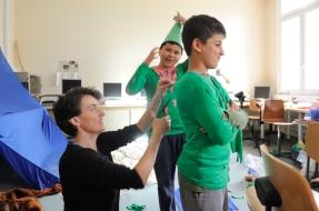 Videokünstlerin Steffi Weismann hilft den Schülern bei der Umsetzung ihrer Ideen.