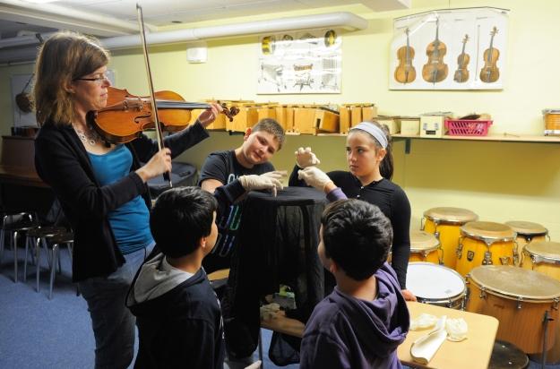 Musikvermittlerin Isabel Stegner mit Schülern der Konrad-Agahd-Schule. Foto: Kai Bienert