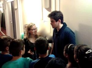 Lahav Shani und Katharina Höhne mit den Schülern