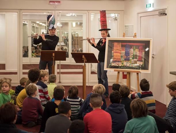 """Rudolf Döbler und Franziska Dallmann vor """"Hüte tragen"""" von Friedensreich Hundertwasser"""